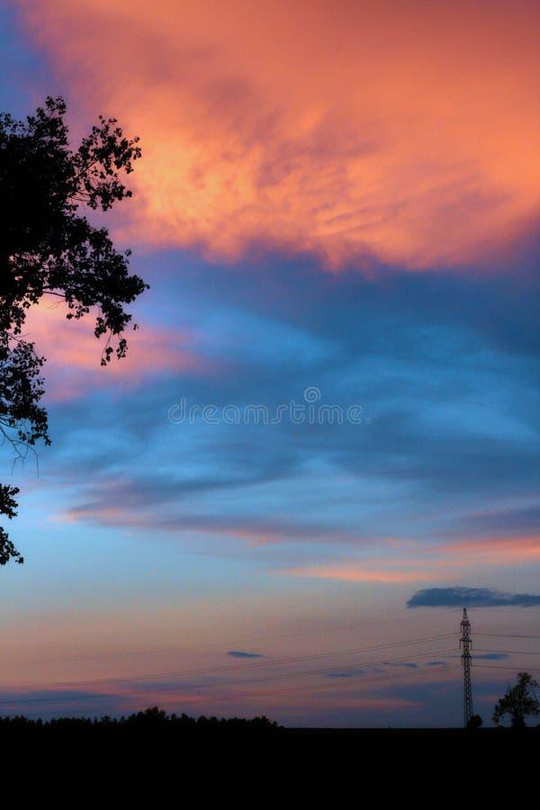 Vue de ciel et de ligne électrique colorés photo libre de droits