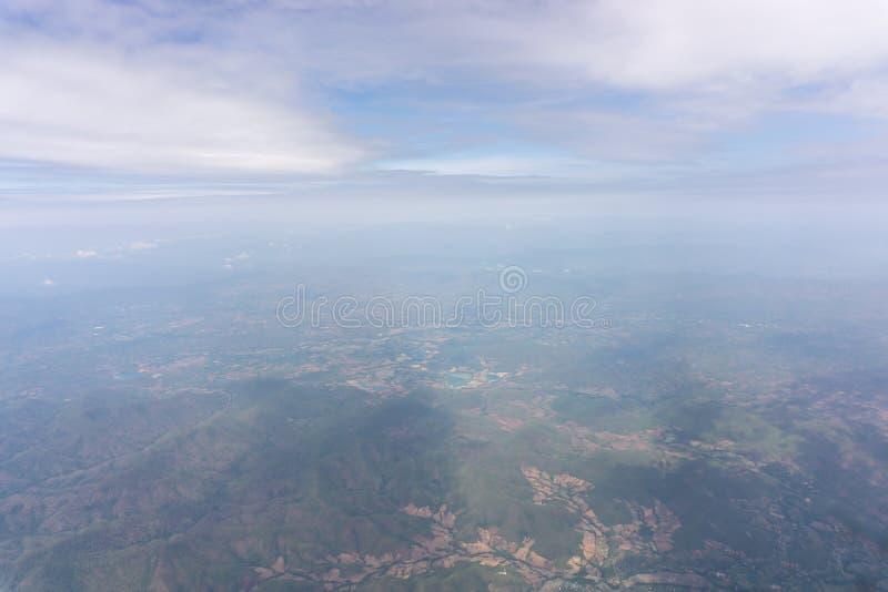 Vue de ciel de siège de vitrail clair des avions au cloudscape, voyageant sur les nuages pelucheux blancs et le ciel bleu vif images stock