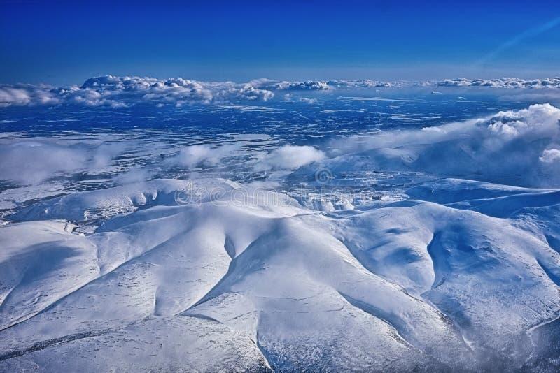 Vue de ciel sur des montagnes d'un nord photo stock