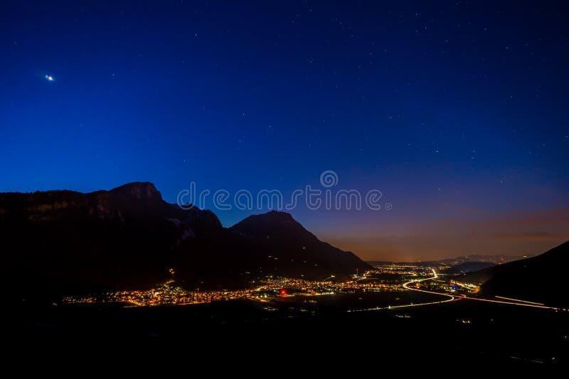 Vue de circulation routière de nuit après coucher du soleil en montagnes photographie stock libre de droits