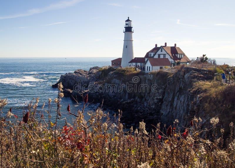 Vue de Cliffside d'un phare sur la côte du Canada photo libre de droits