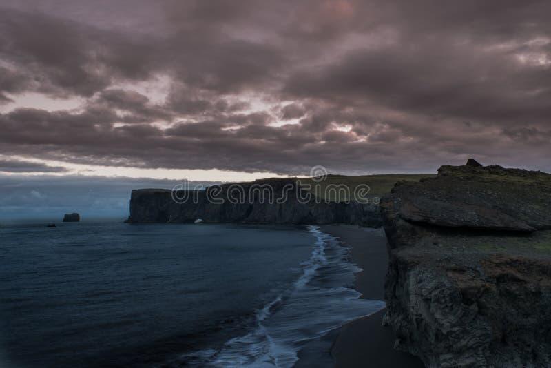 Vue de Cliffside du rivage et de l'horizon rouge image stock