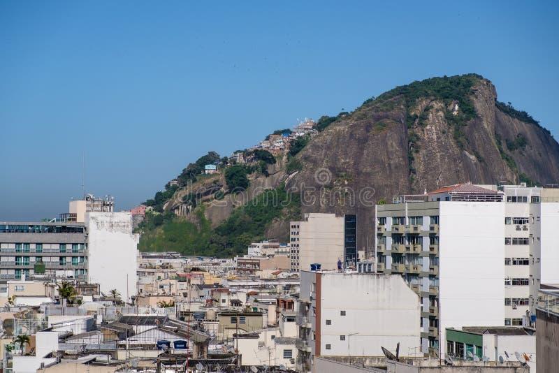 Vue de colline de Cantagalo, avec son favela Pavao Pavaozinho, vu du dessus de toit de l'hôtel luxueux dans le copacabana image stock