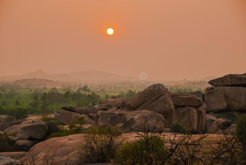 vue de colline de Hemakuta au coucher du soleil dans Hampi en Inde photos libres de droits