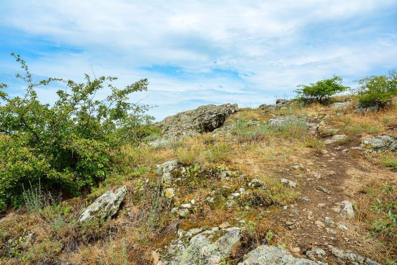 Vue de colline rocheuse avec les pierres et la verdure de granit Paysage W image stock