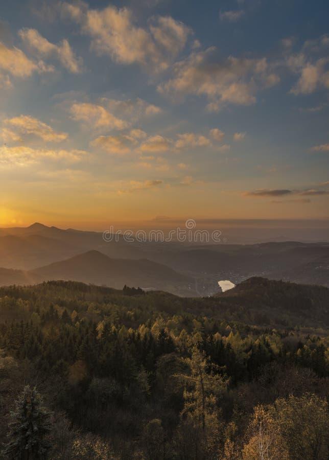 Vue de colline de Varhost pour la vallée de la rivière Labe photographie stock libre de droits