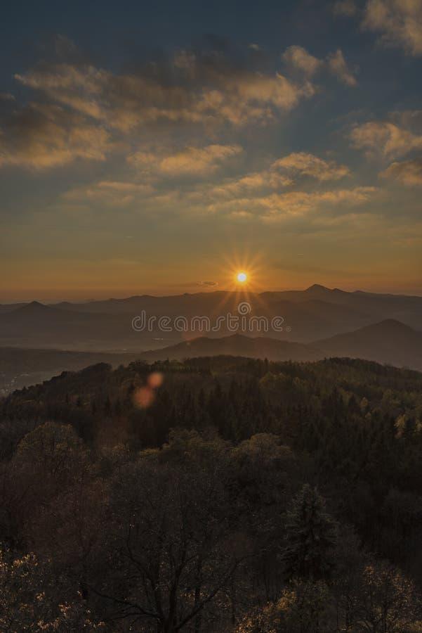 Vue de colline de Varhost pour la vallée de la rivière Labe image libre de droits