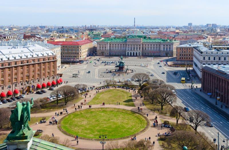Vue de colonnade de cathédrale du ` s de St Isaac sur la place du ` s de St Isaac, St Petersburg, Russie image stock