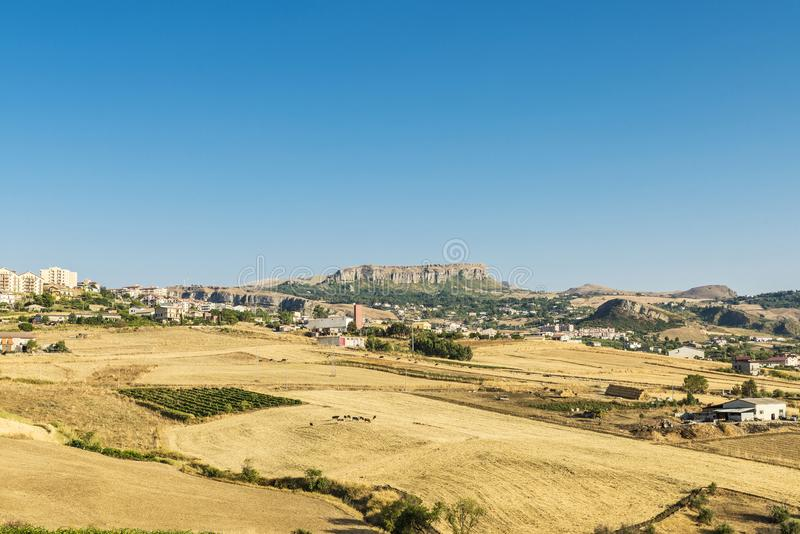Vue de Corleone entre les champs en Sicile, Italie image libre de droits