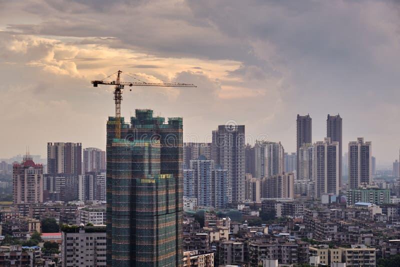 Vue de coucher du soleil du bâtiment en construction et de beaucoup d'entreprises à extrémité élevé telles que des finances, assu photos libres de droits