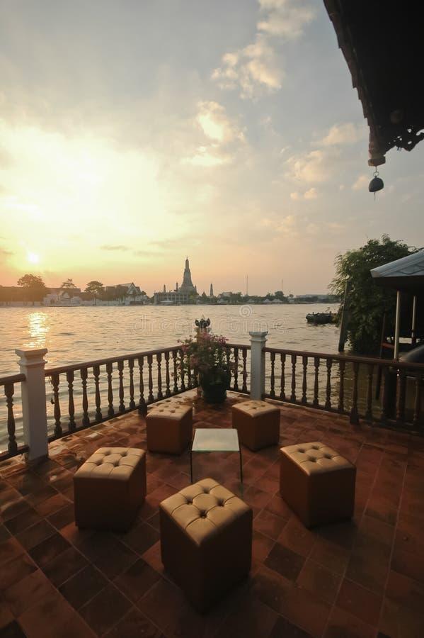 Vue de coucher du soleil de café de rive près du riv de Bangkok de temple d'aube photographie stock