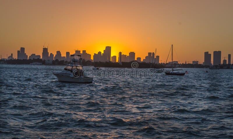 Vue de coucher du soleil chez Miami Beach photos stock