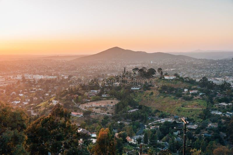 Vue de coucher du soleil d'h?lice de b?ti dans La Mesa, pr?s de San Diego, la Californie image libre de droits