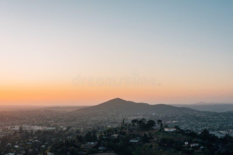 Vue de coucher du soleil d'h?lice de b?ti, dans La Mesa, pr?s de San Diego, la Californie photo stock