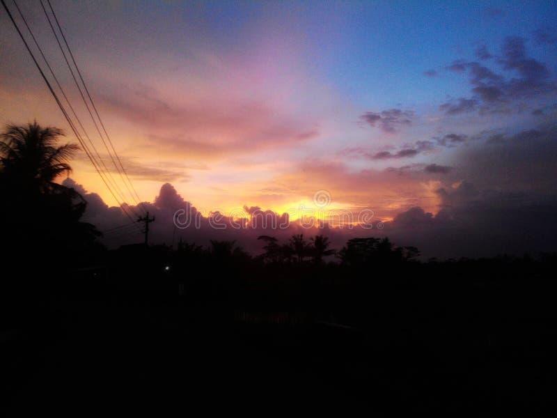 Vue de coucher du soleil dans le village image stock