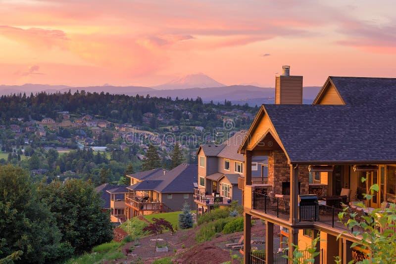 Vue de coucher du soleil de la plate-forme des maisons de luxe photos stock