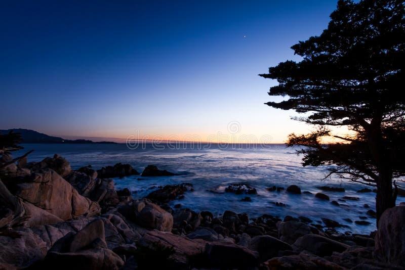 Vue de coucher du soleil de point de Pescadero à le long de la commande célèbre de 17 milles - Monterey, la Californie, Etats-Uni photographie stock