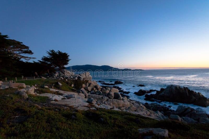 Vue de coucher du soleil de point de Pescadero à le long de la commande célèbre de 17 milles - Monterey, la Californie, Etats-Uni photographie stock libre de droits