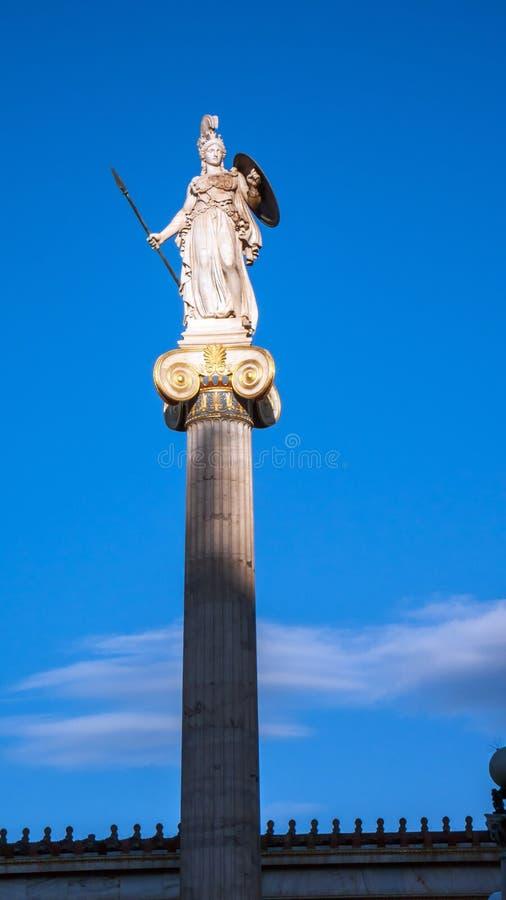 Vue de coucher du soleil de statue d'Athéna devant l'académie d'Athènes, Attique images stock
