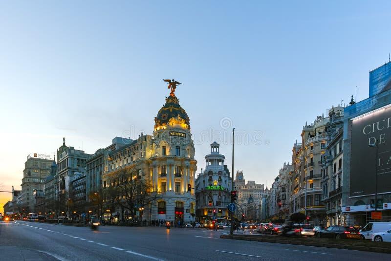 Vue de coucher du soleil de Gran Via et du b?timent de m?tropole dans la ville de Madrid photos libres de droits