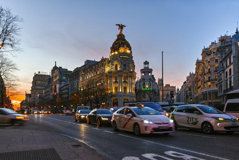Vue de coucher du soleil de Gran Via et du b?timent de m?tropole dans la ville de Madrid photographie stock libre de droits