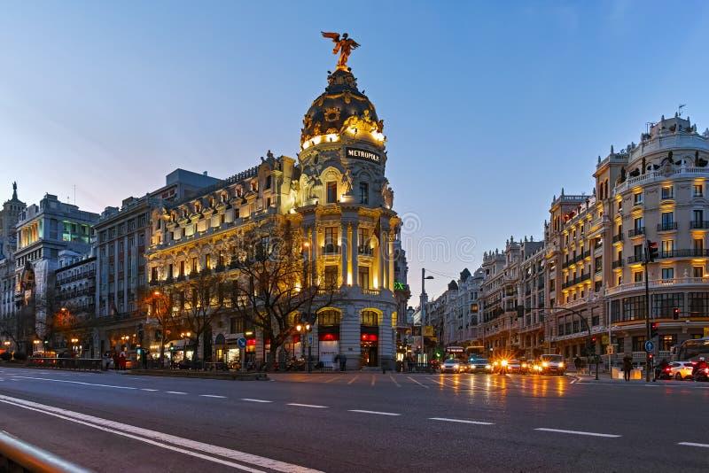 Vue de coucher du soleil de Gran Via et du b?timent de m?tropole dans la ville de Madrid images stock