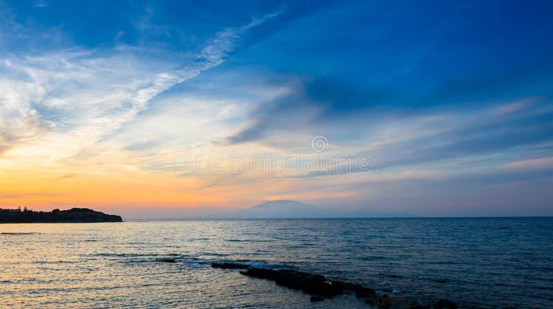 Vue de coucher du soleil de l'île de Cephalonia Kefalonia évidente du rivage d'île de Zakynthos photographie stock