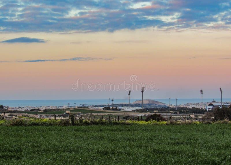 Vue de coucher du soleil de la campagne maltaise des murs de Mdina, Malte, l'Europe photographie stock libre de droits