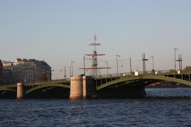 Vue de coucher du soleil de la rivière et du pont photo libre de droits