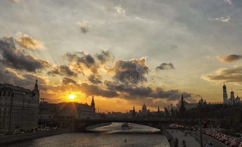 Vue de coucher du soleil de la rivière de Moscou image stock