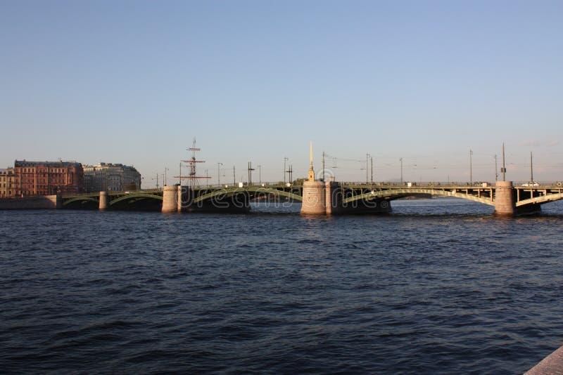 Vue de coucher du soleil de la rivi?re et du pont photos libres de droits