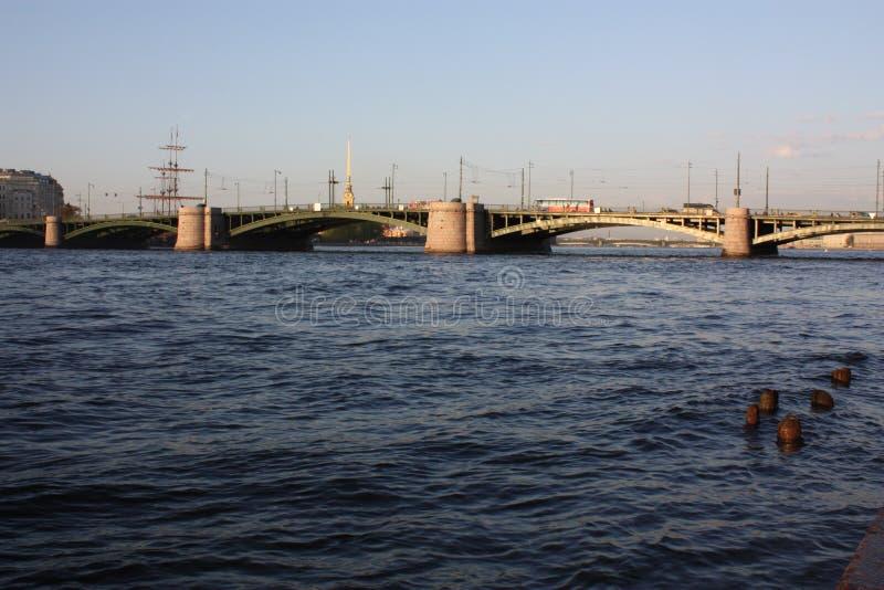 Vue de coucher du soleil de la rivi?re et du pont photo stock