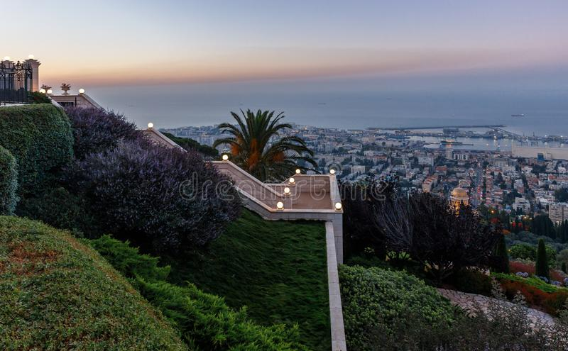 Vue de coucher du soleil de Louis Promenade sur le mont Carmel au temple de Bahai, au centre ville et au port de la ville de Haïf photographie stock