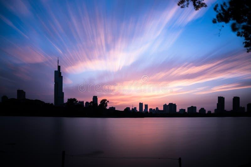 Vue de coucher du soleil de parc de lac Xuanwu images libres de droits