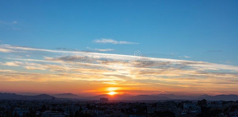 Vue de coucher du soleil de Penteli, Athènes, Grèce Sun tombant au-dessus des montagnes, ciel bleu avec le fond de nuages images libres de droits