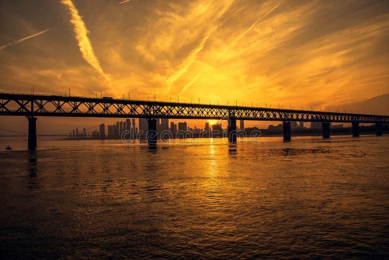 Vue de coucher du soleil de pont du fleuve Yangtze image libre de droits