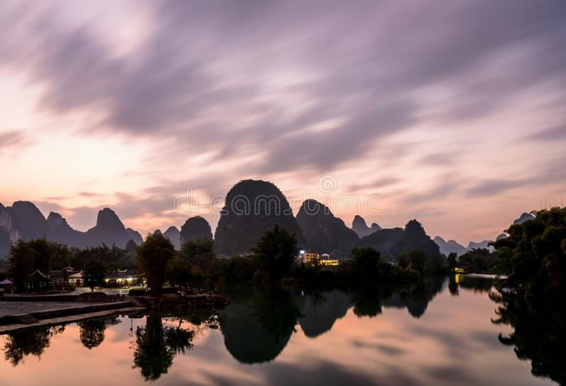 Vue de coucher du soleil de rivière de Yulong photo stock