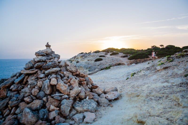 Vue de coucher du soleil sur le sentier piéton de la côte d'Algarve près à Carvoeiro, Portugal photographie stock