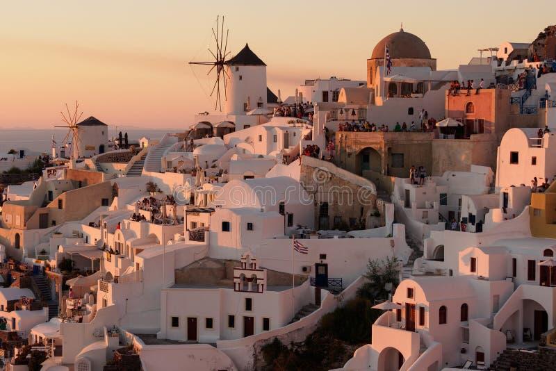 Vue de coucher du soleil de ville d'Oia sur Santorini en Grèce images libres de droits