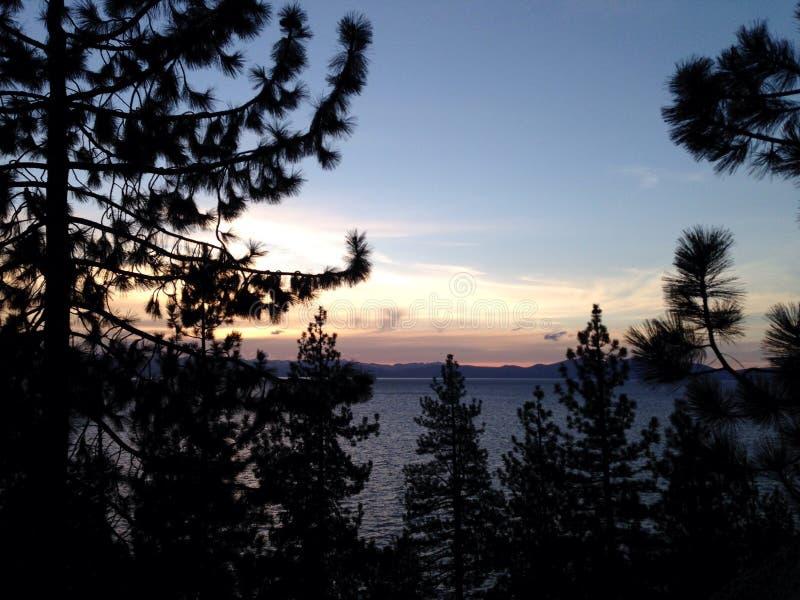 Vue de coucher du soleil de voiture du lac Tahoe image libre de droits
