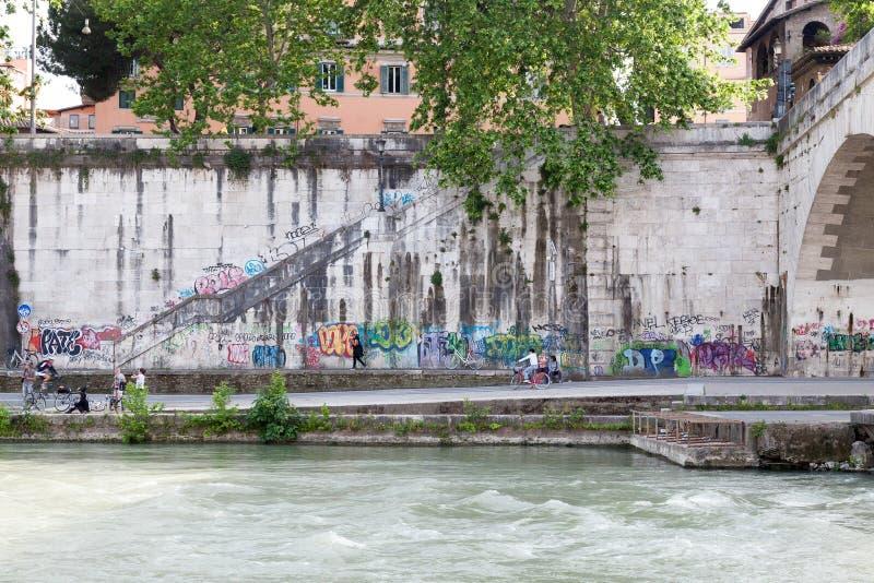 Vue de couleur de la rive de Tevere à Rome photos libres de droits