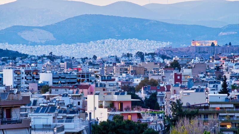 Vue de crépuscule au-dessus des banlieues d'Athènes au parthenon sur l'Acropole images libres de droits
