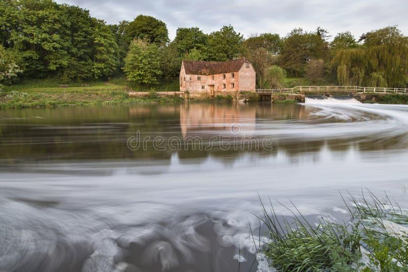 Vue de début de la matinée à travers la rivière Stour à Sturminster Newton Mill photo stock