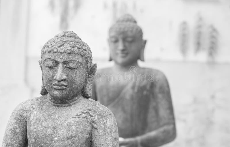 Vue de détail de deux sculptures en statue de Bouddha de bouddhisme photo stock