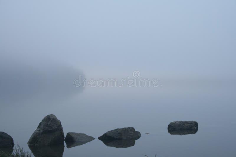 Vue de détente des pierres sur un lac image libre de droits