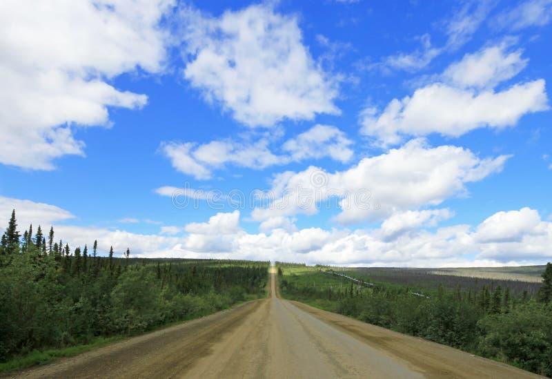 Vue de Dalton Highway avec l'oléoduc, menant à partir de Valdez, Fairbanks à Prudhoe Bay, Alaska, Etats-Unis image stock