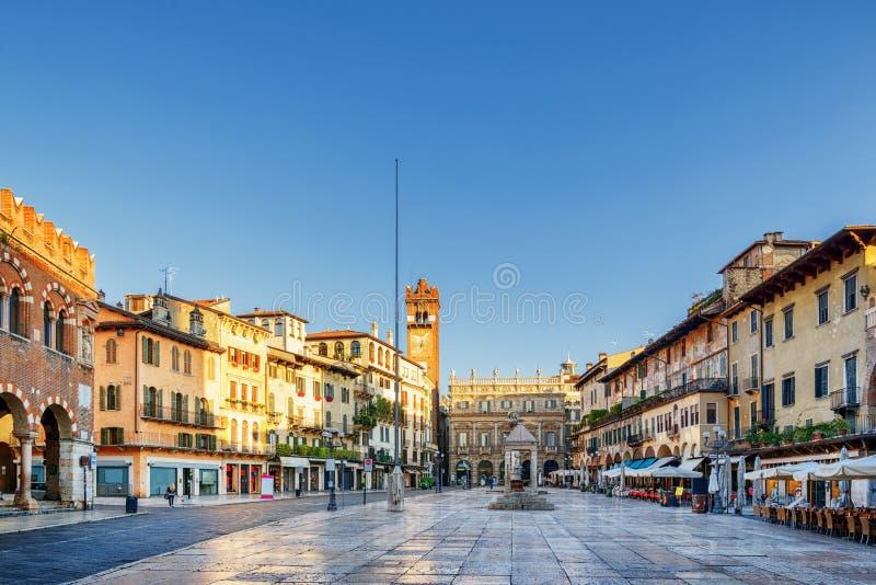 Vue de delle Erbe de Piazza à Vérone (Italie) dans le matin images stock