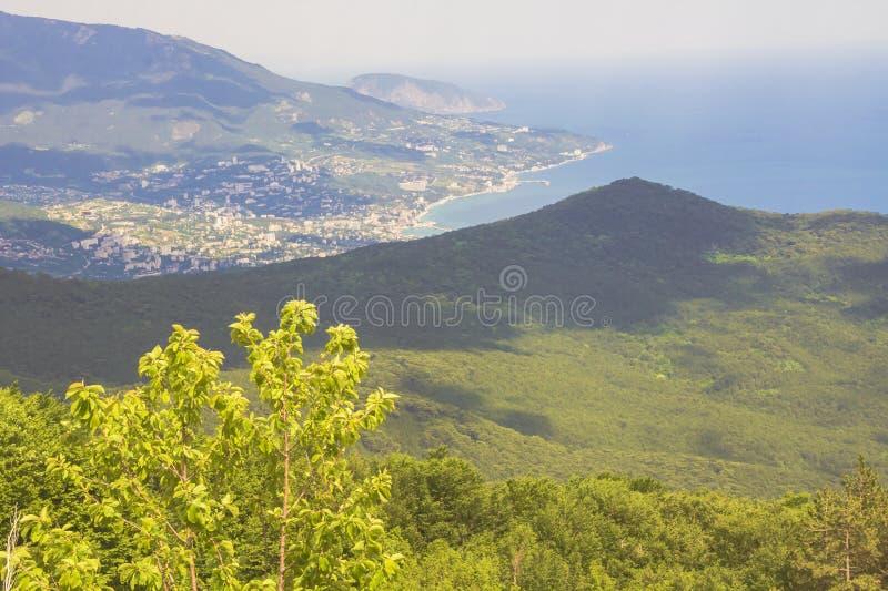 Vue de des montagnes, des arbres, de la mer, de la côte et de la ville loin ci-dessous image libre de droits