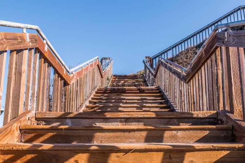 Vue de dessous d'escalier à la plage d'état du sud de Carlsbad images stock