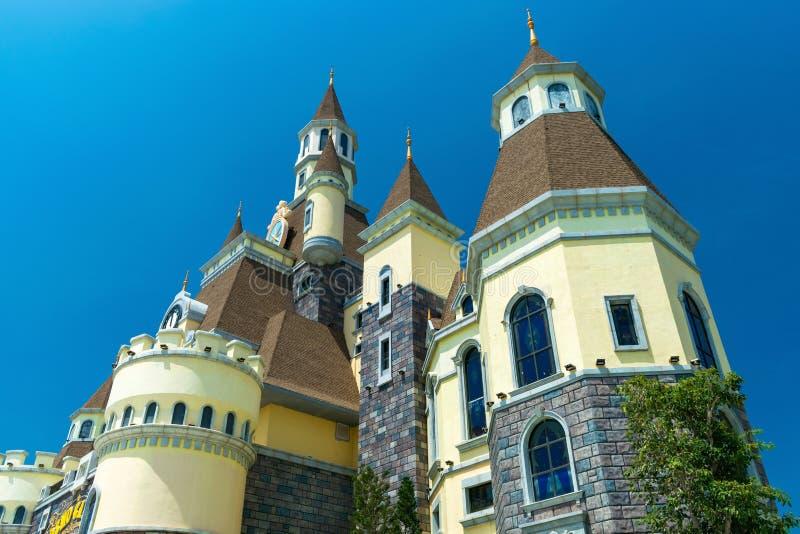 Vue de dessous du château de conte de fées avec les murs jaunes photographie stock libre de droits